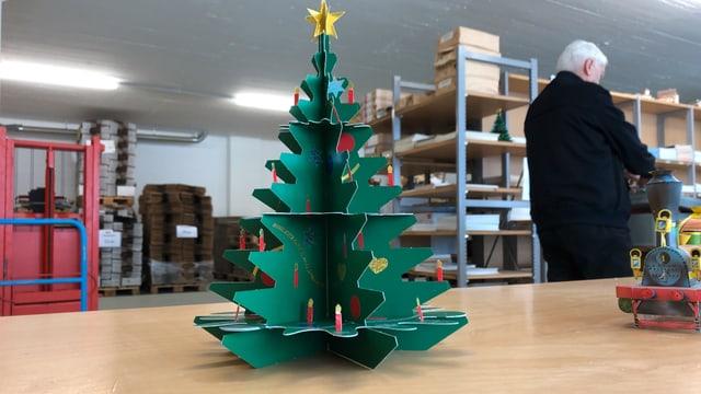 Ein Weihnachtsbaum gebastelt aus einem Modellbogen