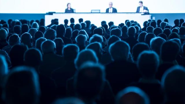 Aktionäre verfolgen die Generalversammlung der ABB: