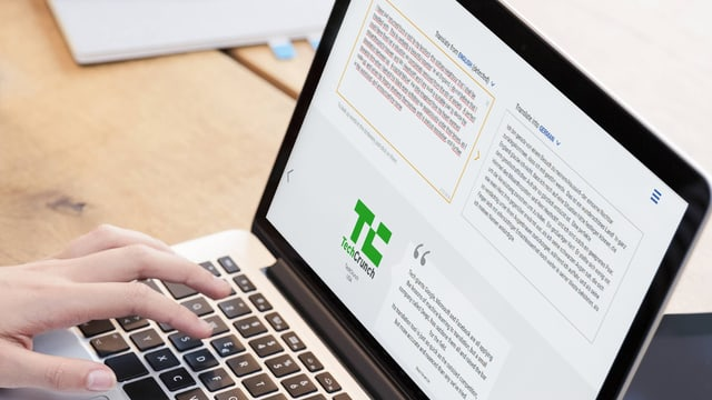 Ein Laptop-Screen auf dem die Seite von DeepL zu sehen ist.
