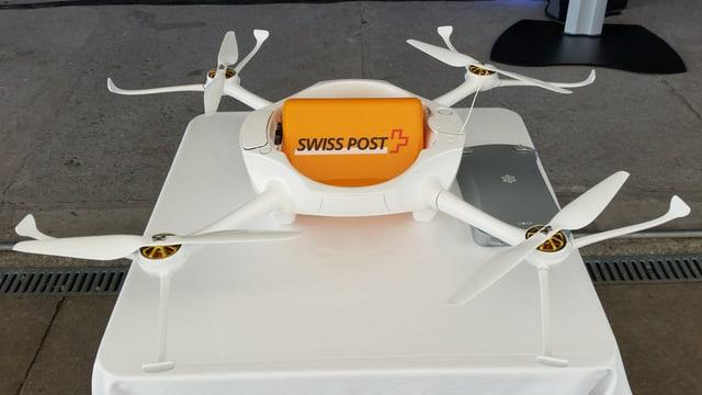 Die Drohne der Post: Weisse Rotoren, kleine gelbe Ladeluke von oben zugänglich.
