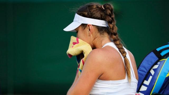 Belinda Bencic hält ein Tuch vor den Mund