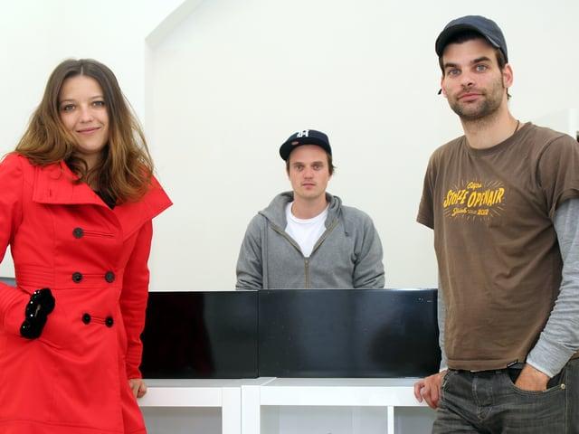 Christiane Fimpel und Philipp Binkert stehen vor einer Theke in ihrem Laden, Diego Rohner dahinter.
