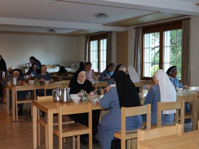 Frauen am Essen.