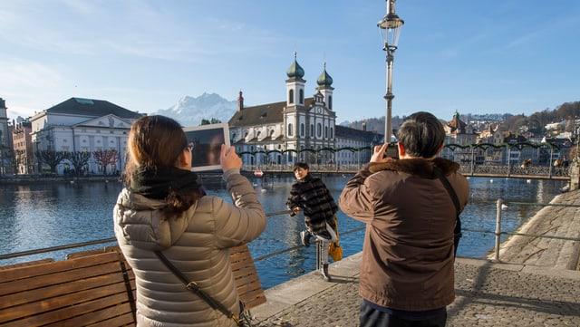 Touristen fotografien sich der Kapellbrücke