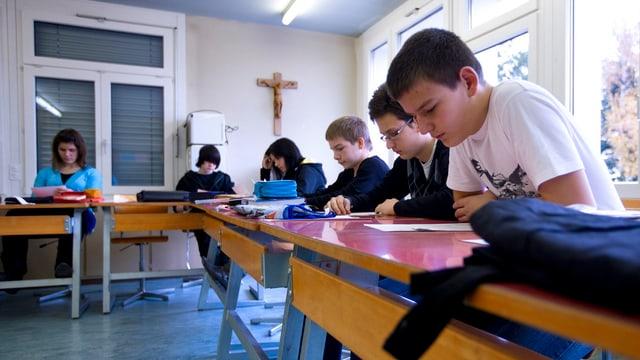 Schulzimmer mit Schülern in Gossau/SG – an der Wand hängt ein Kruzifix.