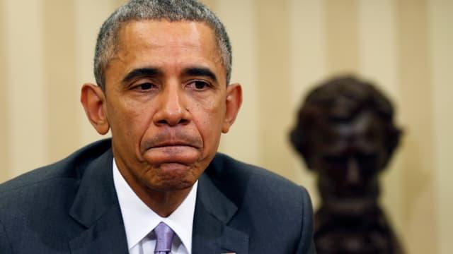Obama mit zusammengepressten Lippen.