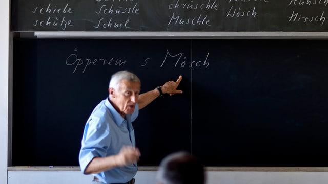Älterer Lehrer vor der Wandtafel