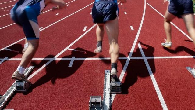 100-Meter-Läufer beim Start auf roten Trainingsbahnen