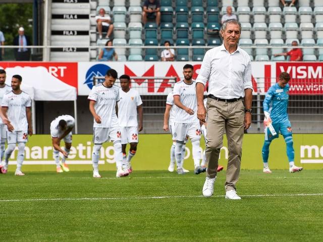 Marcel Koller und seine Spieler verlassen niedergeschlagen den Rasen.