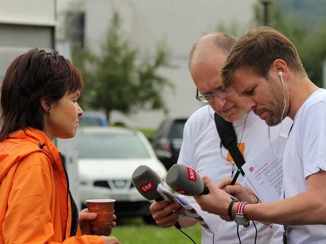 Regi Sager, Marcel Hähni und Rouven Born halten Mikrofone in dem Händen.
