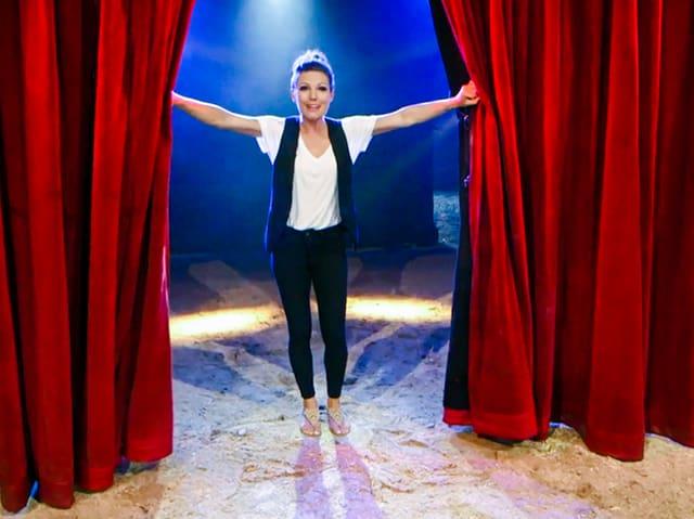 Viola Tami öffnet den Vorhang in der Manege