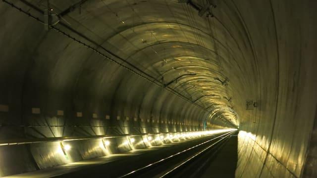 Gotthard-Basistunnel glänzt in goldigem Licht