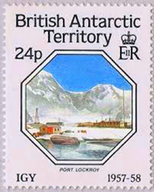 Eine Marke, auf der eine Bucht in der Antarktis zu sehen ist.