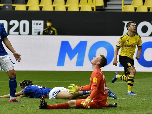 Schalke-Spieler am Boden.