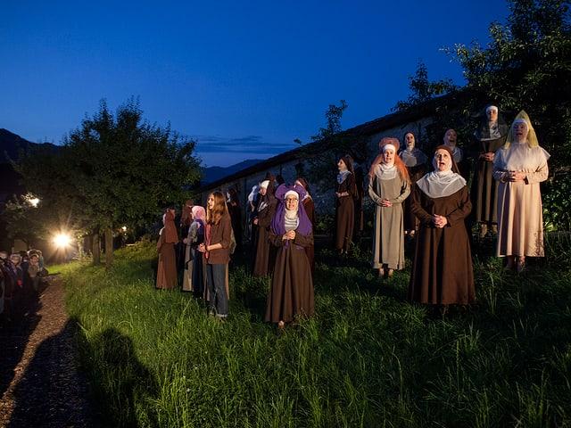 singende Klosterfrauen in der Nacht