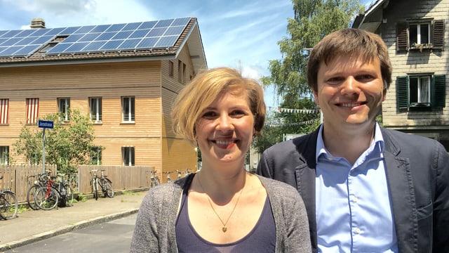 Die Initianten hinter Projekt «Sunraising» Melanie Mettler und Matthias Egli vor dem ersten bebauten Solardach.