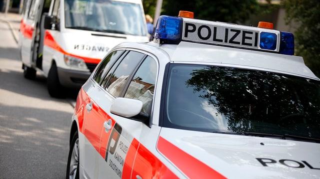 Zwei Einsatzfahrzeuge der Solothurner Polizei stehen an einer Strasse (Symbolbild)