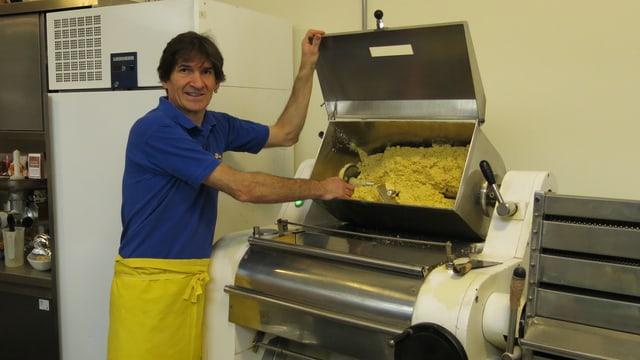 Orlando La Marra, Geschäftsführer, neben einer Teigknetmaschine
