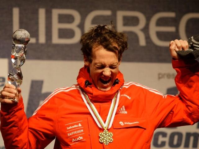 Andreas Küttel bei der Medaillen-Zeremonie in Liberec 2009.