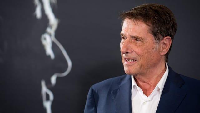 Udo Jürgens in blauem Anzug und weissem Hemd.