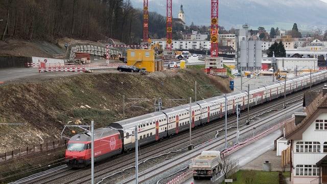 Ein Zug passiert die Baustelle am Eppenberg.