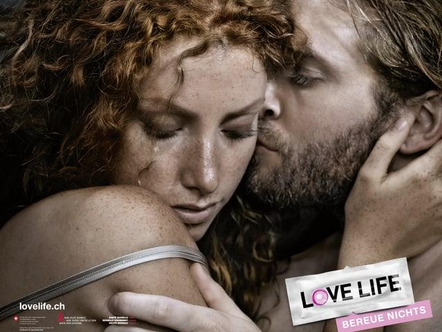 Plakatkampagne, Mann küsst Frau.