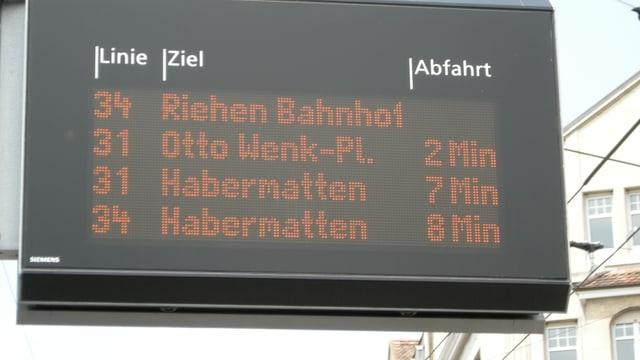 Eine elektronische Anzeigetafel der BVB mit Angaben über eintreffende Busse.