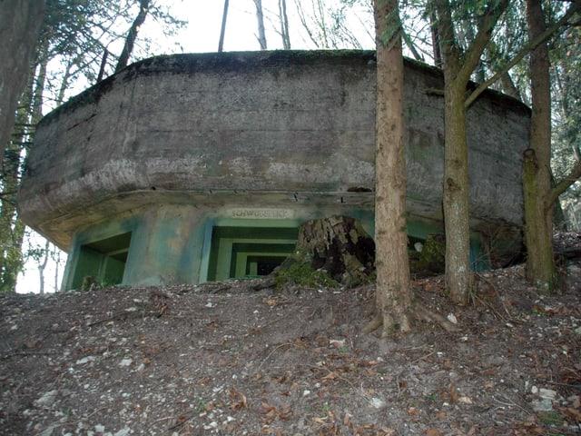 Bunker von aussen. Über einer Schiessscharte eine kleine Inschrift «Schwobenblick».