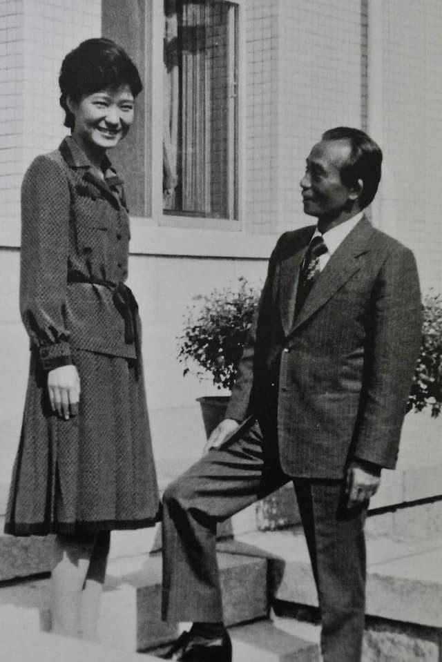 Park Geun Hye mit ihrem Vater Park Chung Hee