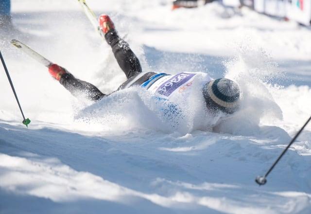 Langläufer liegt im Schnee