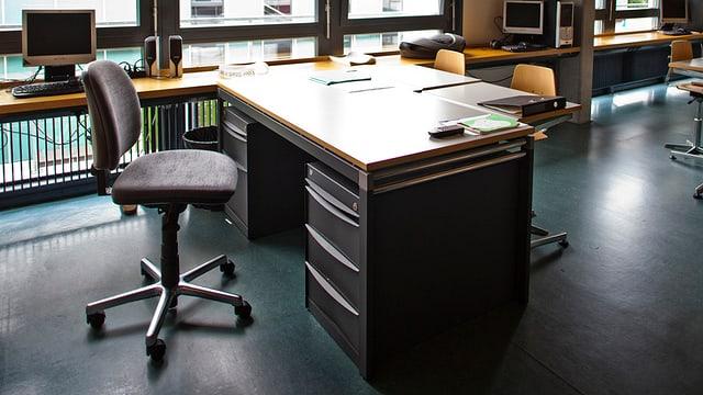 Lehrerpult in einem Klassenzimmer einer Primarschule.