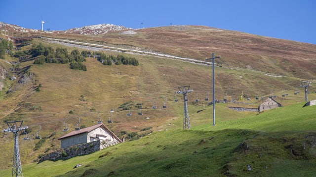 Vista da Andermatt en direcziun dals territoris da skis Nätschen e Gütsch.