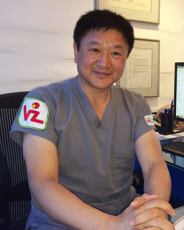 Der Chirurg Han Sang June sitzt an seinem Pult.