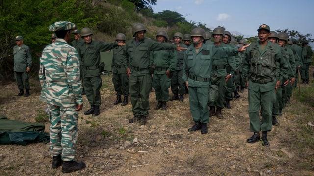 Venezolanische Soldaten stehen in Reih' und Glied