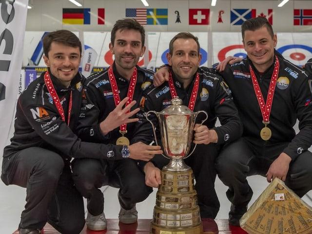 Genfer Curling-Team mit Pokal