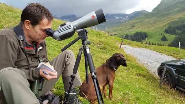 Gieri Derungs guarda tras il perspectiv per dumbrar la selvaschina.