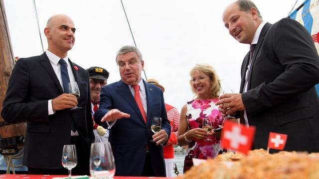 Berset, in der Mitte IOC-Präsident Bach und de Quattro bei einem Stehapero