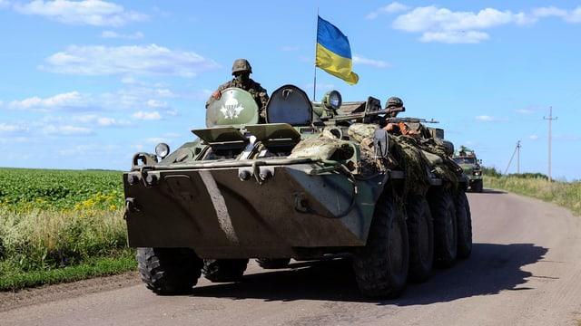 Ein Radschützenpanzer mit Ukrainischen Soldaten