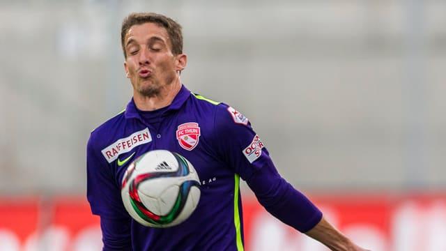 Der Ball springt Fulvio Sulmoni an den Oberkörper.