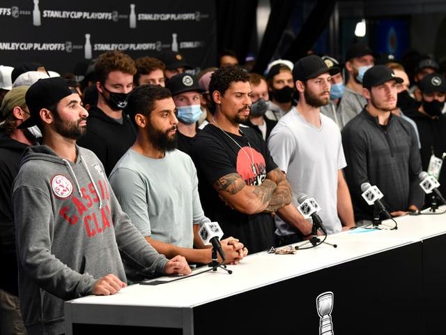 Mehrere NHL-Spieler an einer Medienkonferenz