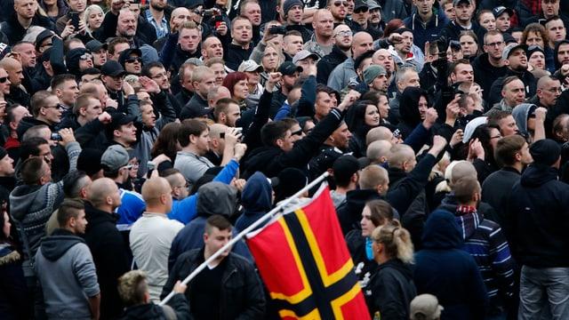 Hogesa-Kundgebungs-Teilnehmer skandieren Parolen.