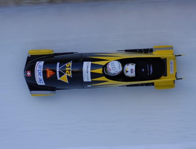 Ein Bob fährt über die Eisbahn in St. Moritz