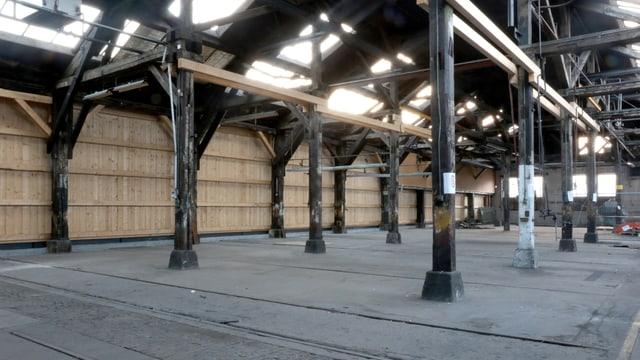 Eine alte Halle mit Oberlichtern und Stützen.