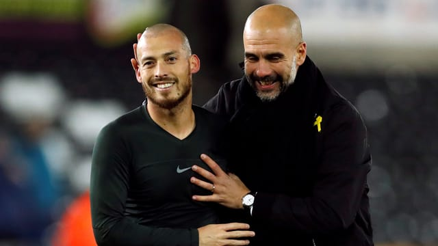 Pep Guardiola umarmt David SIlva.
