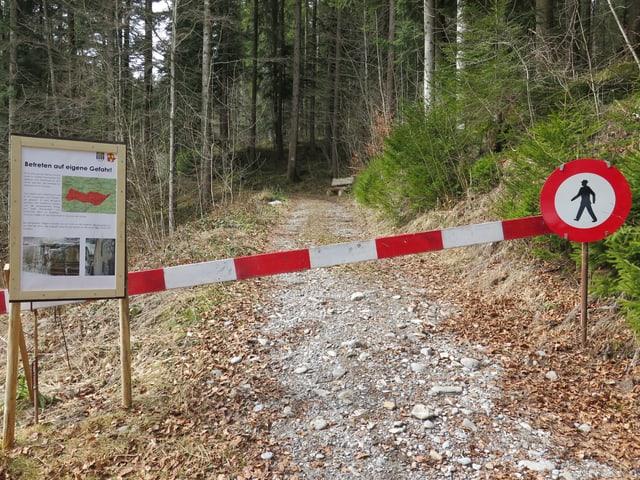Gesperrter Waldweg mit zwei Warnschildern