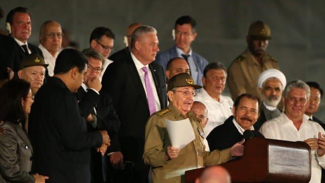 Il president cuban Raul Castro ensemen cun ina gruppa da persunas
