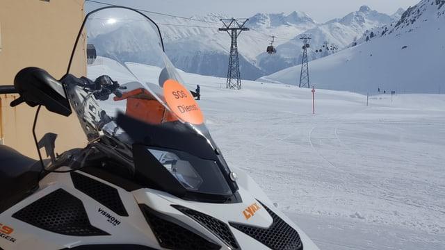 Il ski-doo è adina pront per far salvaments sin la pista.