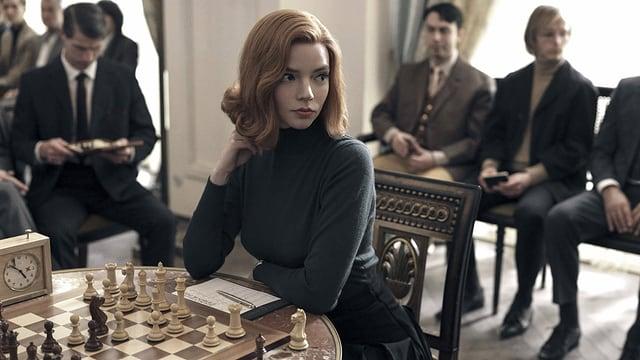 Frau am Schach.