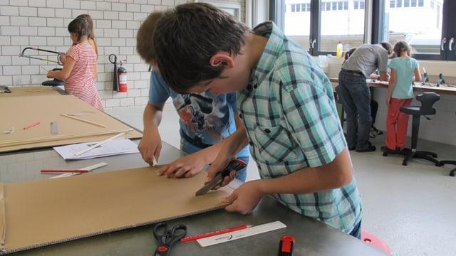 Kind bastelt im GoTec-Labor in einer Neuhauser Industriehalle.