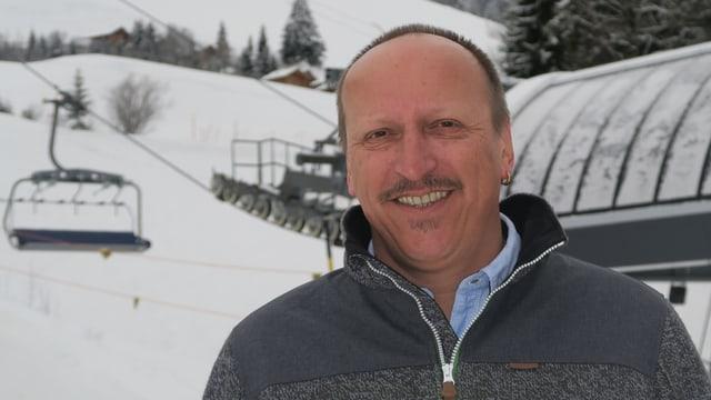Bahnchef Erich Klauwers - im Hintergrund ein leerer Sechser-Sessel